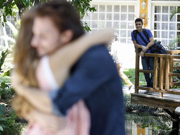 Gustavo flagra momento de intimidade de Bélgica e Nicolas (Foto: Hellen Soares/Gshow)