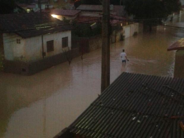 Rio São Francisco transbordou e ruas de Mantena (MG) ficaram alagadas. (Foto: Adrielly Venâncio/Arquivo Pessoal)