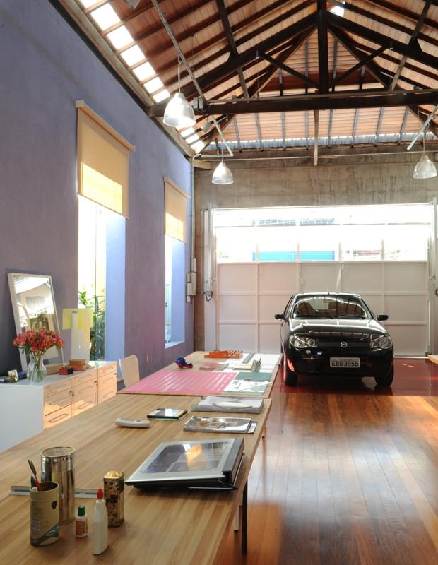 A garagem passou a dividir espaço com o escritório da proprietária Maria Luiza Correa, da M&M Arquitetura.  (Foto: Marcelo Magnani)