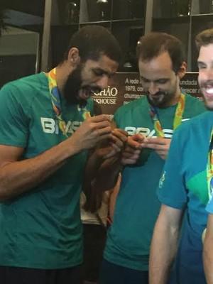 Wallace e Lipe medalha vôlei Brasil (Foto: Danielle Rocha)