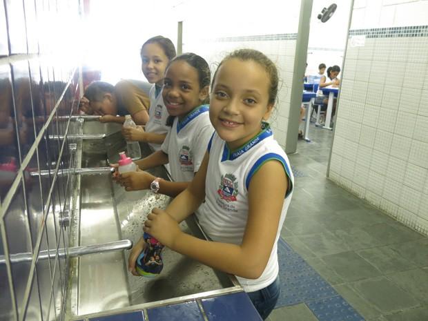 Crianas utilizam torneiras automticas para reduzir consumo de gua Foto Mariane RossiG1