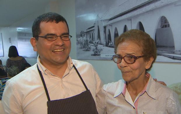 Empresário Eduardo Shibayama disfarçou-se de garçom para encontrar a mãe (Foto: Amapá TV)