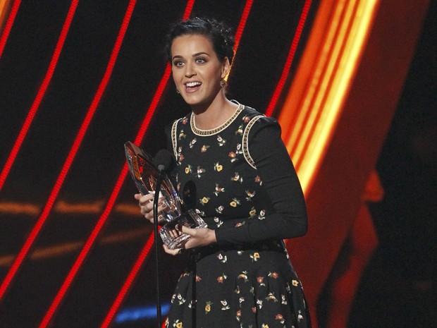 Cantora Katy Perry recebe prêmio no palco do People's Choice Awards nesta quarta (9) em Los Angeles (Foto: Mario Anzuoni/Reuters)