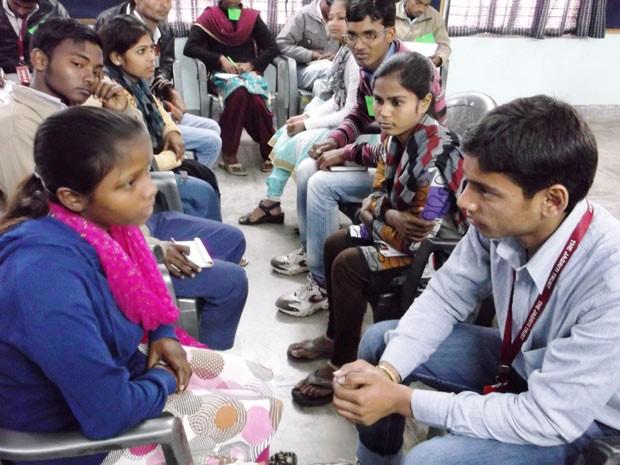 Adolescentes participam de oficina da Jagriti Youth, no norte da Índia: segundo fundadora, monitores apenas acompanham as discussões, intervindo o menos possível (Foto: Divulgação / Jagriti Youth)