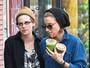 Kristen Stewart lancha e passeia coladinha em amiga
