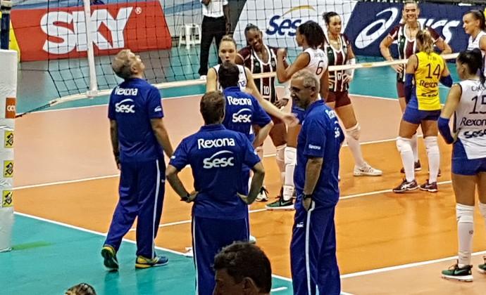 Goteira interrompe jogo Rio x Fluminense (Foto: João Gabriel Rodrigues)