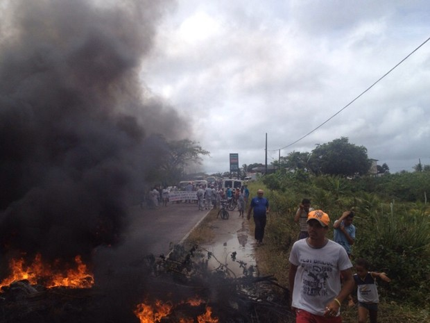 Trabalhadores de matadouro cobram salários atrasados (Foto: Ramos Júnior / TV Globo)