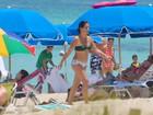 De biquíni, Glória Pires curte férias em Miami