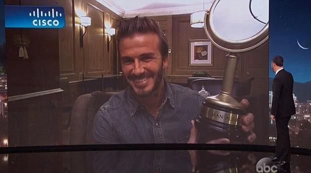 David Beckham aparece com prêmio durante o programa 'Jimmy Kimmel Live' (Foto: Reprodução/ABC)