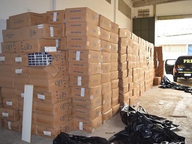 Cerca de 800 caixas de produtos contrabandeados foram encontrados (Foto: Divulgação/ PRF Bahia)