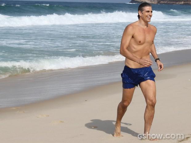 Gianecchini exibe o corpão após mergulho no mar (Foto: Em Família/TV Globo)