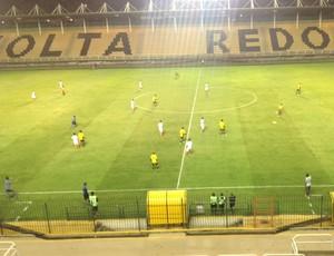 Times entraram em campo no Raulino de Olivera (Foto: Vinicius Assis/TV Rio Sul)