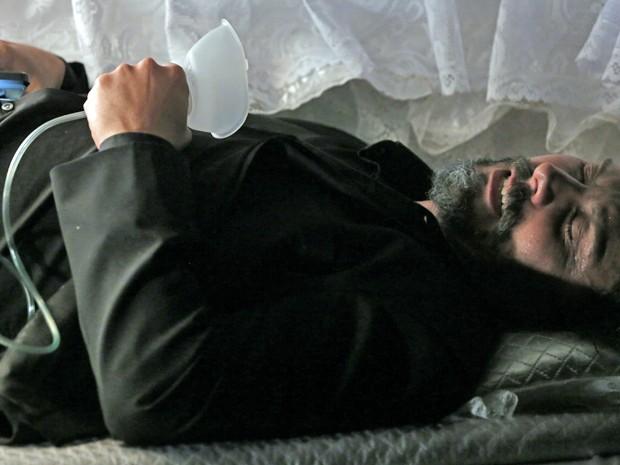 Zé Alfredo começa a sentir falta de ar (Foto: Felipe Monteiro/ Gshow)