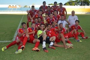 Bangu levanta a taça de campeão do Campeonato Acreano Sub-17 (Foto: Quésia Melo)