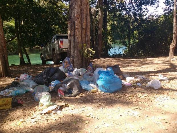Visitante flagra lixo deixado na Lagoa do Japonês (Foto: Arlane Carvalho/Arquivo Pessoal)