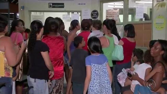Pacientes se revoltaram com a situação e invadiram salas da unidade de saúde. (Foto: TV TEM/Reprodução)