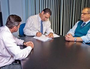 """Vitor Lippi, prefeito de Sorocaba, assina documento em que """"oferece"""" a cidade para a Copa (Foto: Gui Urban/Prefeitura de Sorocaba)"""