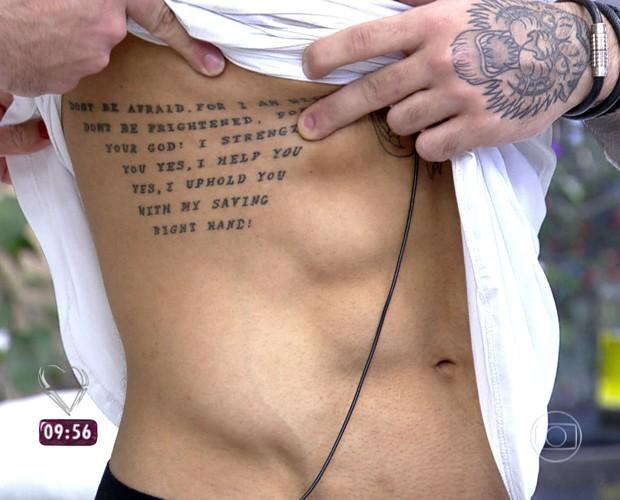 Lucas Lucco mostra abdomen definido (Foto: Mais Você / TV Globo)