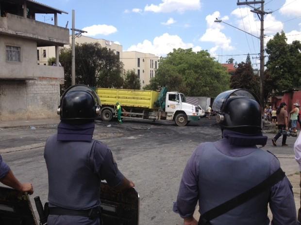 Caminhões da Prefeitura retiram lixo durante reintegração de posse (Foto: Paulo Toledo Piza/G1)