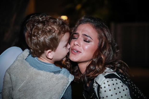 Bruna Marquezine ganha beijinho no rosto de criança (Foto: Raphael Castello/AgNews)