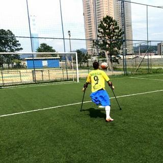 Rogerinho atacando corinthians mogi futebol de amputados (Foto: Arquivo Pessoal / Rogério Almeida)