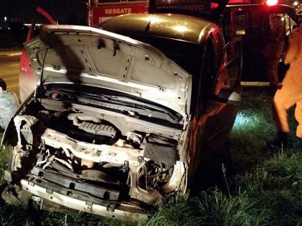 Carro que capotou em Taguatinga Norte, no Distrito Federal (Foto: Corpo de Bombeiros DF/Divulgação)