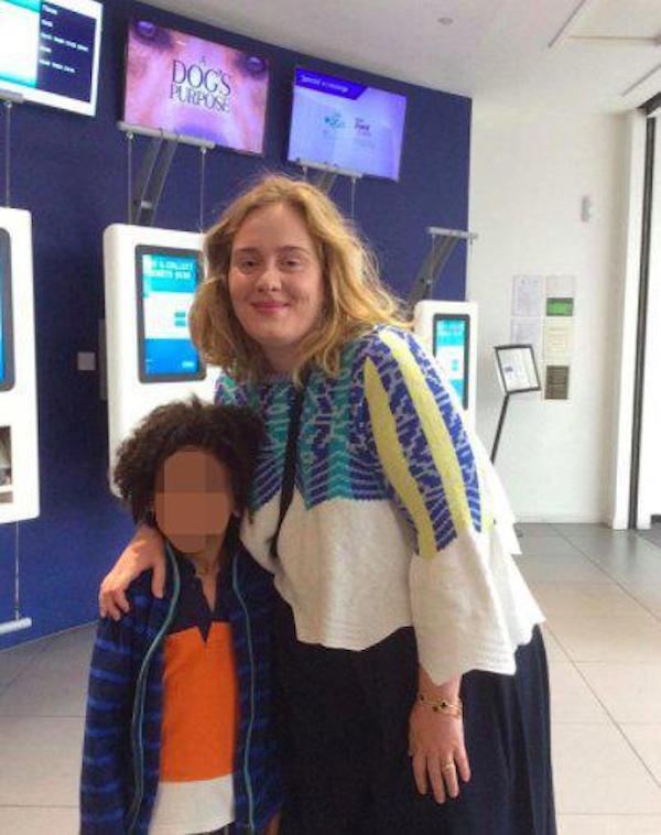 A cantora Adele com um de seus convidados vítimas do incêndio em Londres (Foto: Reprodução)
