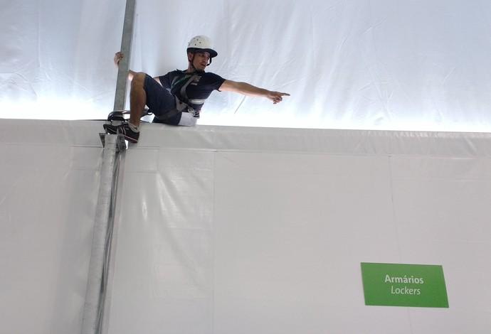 Vento forte na arena do vôlei de praia e funcionário alpinista - Ventania em Copacabana (Foto: Martha Esteves)