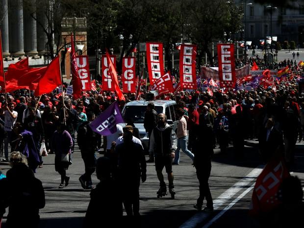 Trabalhadores em Madri, na Espanha, em marcha organizada pelos sindicatos (Foto: Susana Vera/Reuters)