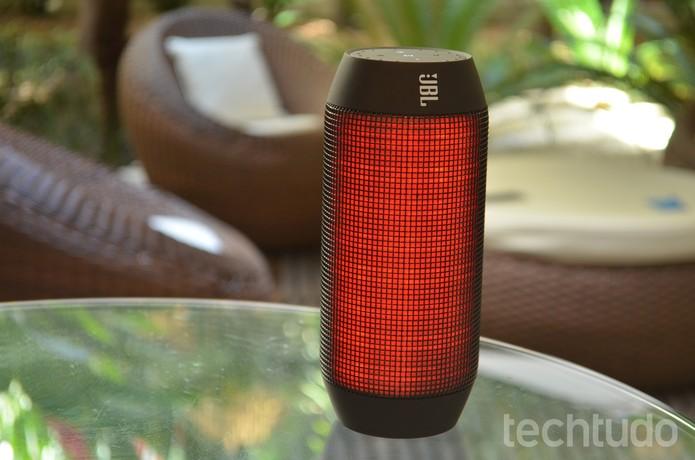 JBL Pulse possui conexão via bluetooth e tela iluminada por LED (Foto: Luciana Maline/TechTudo)