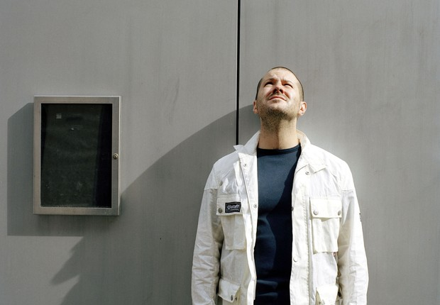Jonathan Ive, 39 anos, o Beckham do design: principal responsável pela cornucópia criativa da Apple, o inglês musculoso e retraído gosta de trabalhar na fábrica, onde as inovações concebidas no estúdio ganham vida real e sofrem o duro teste de resistência (Foto: David Levene)