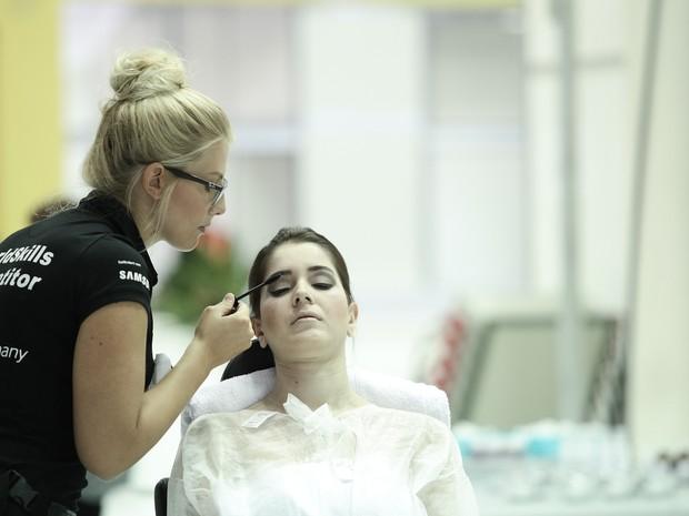 Competidora alemã trabalha na sobrancelha de modelo durante a WorldSkills 2015 (Foto: Caio Kenji/G1)