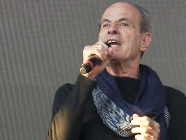 Ney Matogrosso subiu ao palco com cachecol e cantou quatro músicas seguidas durante a passagem de som (Foto: TV Globo/Reprodução)