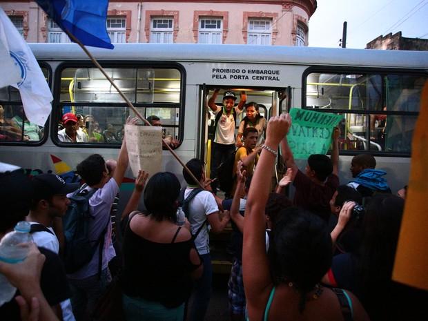 Motoristas dos ônibus abriram as portas para a entrada dos estudantes (Foto: Jonathan Lins/G1)