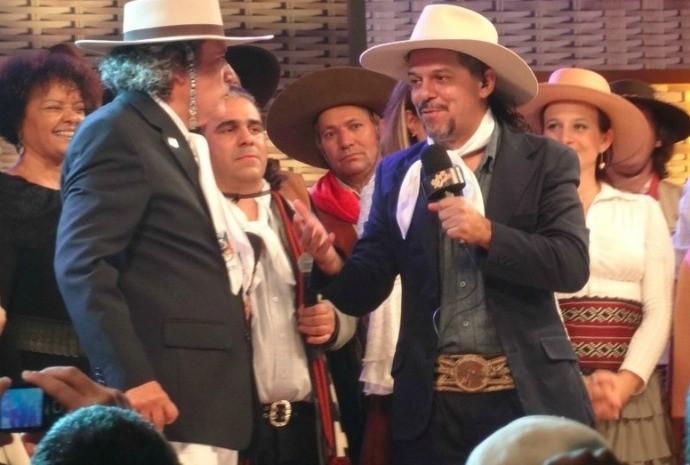 Neto e Nico Fagundes na gravação do programa de 30 anos do Galpão Crioulo (Foto: Luiza Carneiro/RBS TV)