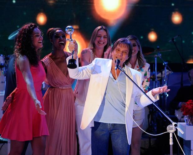 Roberto se apresenta cercado pelas atrizes convidadas (Foto: Domingão do Faustão/ TV Globo)