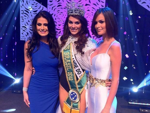 Miss Brasil 2012, Gabriela Markus (centro), recebeu a coroa da Miss Brasil 2011, a conterrânea Priscila Machado (Foto: André Teixeira/G1)