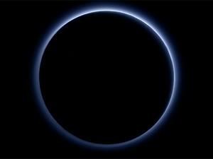 Imagem feita por sonda New Horizons mostra atmosfera azul de Plutão (Foto: NASA/JHUAPL/SwRI)