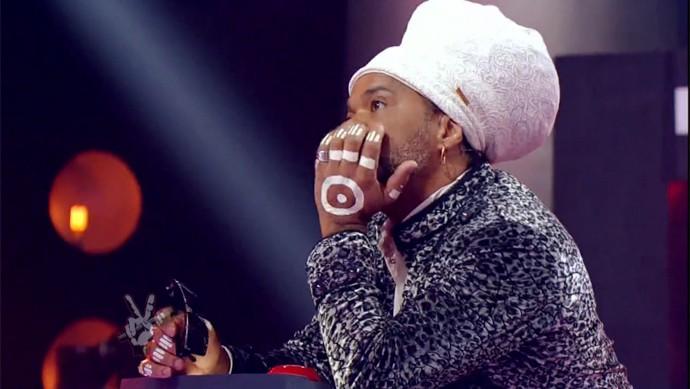 Carlinhos Brown fica apreensivo na disputa do The Voice Brasil (Foto: Gshow)
