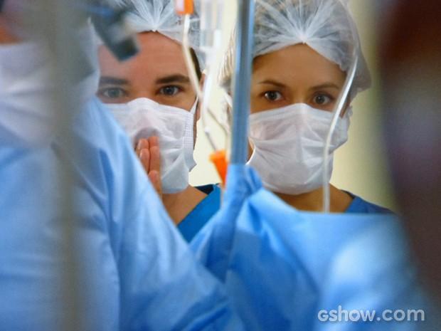 Felipe e Silvia ficam tensos durante os momentos finais da cirurgia de Cadu (Foto: Em Família/ TV Globo)