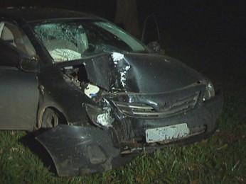 Suspeitos bateram carro em uma árvore durante perseguição policial em Brasília, na madrugada deste domingo (24) (Foto: TV Globo/ Reprodução)