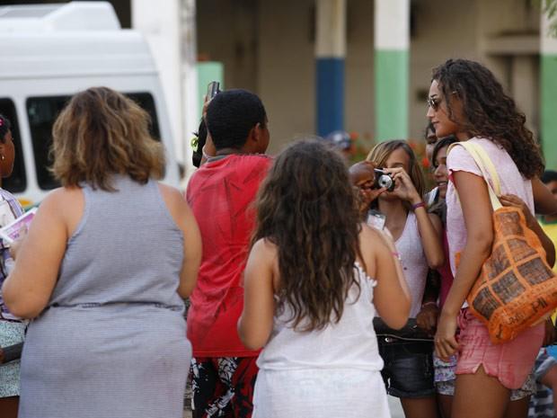 Débora Nascimento também foi abordada por fãs (Foto: Flor do Caribe/ TV Globo)