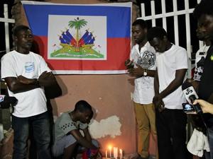 Haitianos cantaram e rezaram na língua materna, o crioulo, em homenagem aos entes queridos (Foto: Ive Rylo/G1 AM)