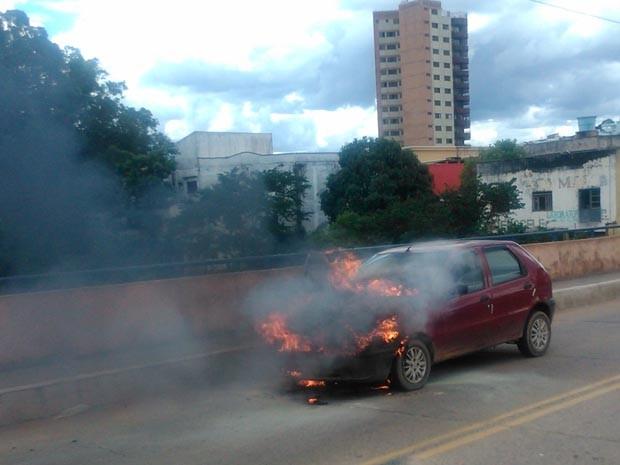 Caro pegou fogo, mas motorista conseguiu escapar em Três Corações (Foto: Dailton de Paula/ VC no G1)