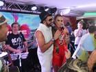 Ivete Sangalo canta com Latino em camarote após desfile da Grande Rio
