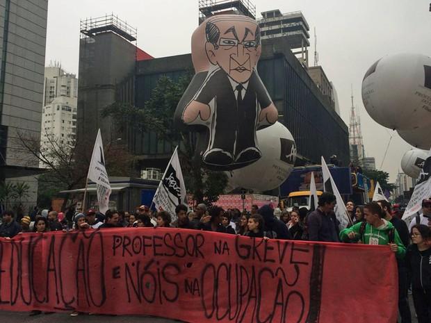 Professores fazem manifestação na Avenida Paulista, em São Paulo (Foto: Lívia Machado/G1)