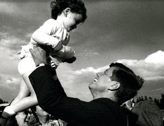 Jac q u e s Lowe Ainda em campanha, Kennedy segura um bebê. Sua imagem pop contrastava com a do concorrente, Richard Nixon, sempre sério e fechado (Foto:  Jacques Lowe/Getty Images)