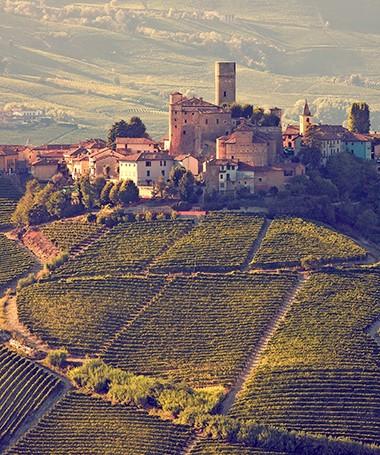 Vinhedos e castelos medievais, como este em diano d'alba, fazemparte da paisagem do norte italiano (Foto: Gege Gatt / Getty Images)