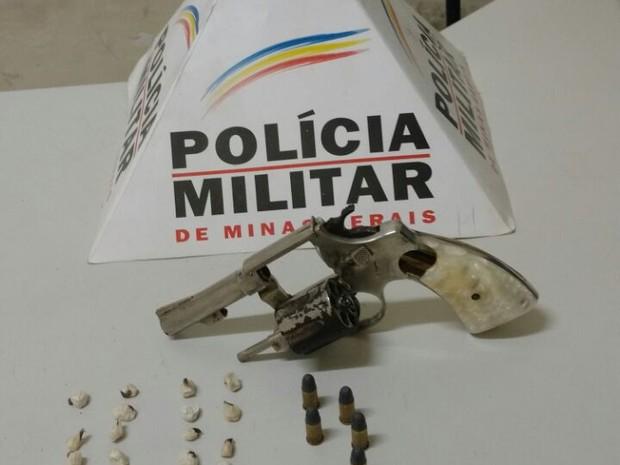 Material apreendido com jovem e menor no bairro Santos Dumont II (Foto: Polícia Militar/Divulgação)