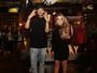 Larissa Manoela posa com o DJ Maejor em evento de moda